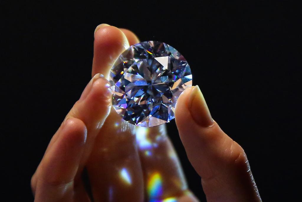Στο «σφυρί» το σπάνιο λευκό διαμάντι των 102 καρατίων 7742e9a6867