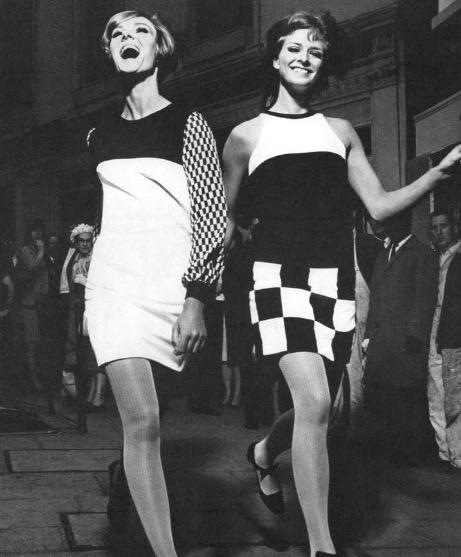 80f67f20f84 Οι ετικέτες της μόδας σήμερα έχουν επηρεαστεί βαθύτατα από το ντιζάιν του  1960. Η Ο οίκος μόδας Yperlab για παράδειγμα, με έδρα το Παρίσι και το  Λονδίνο, ...