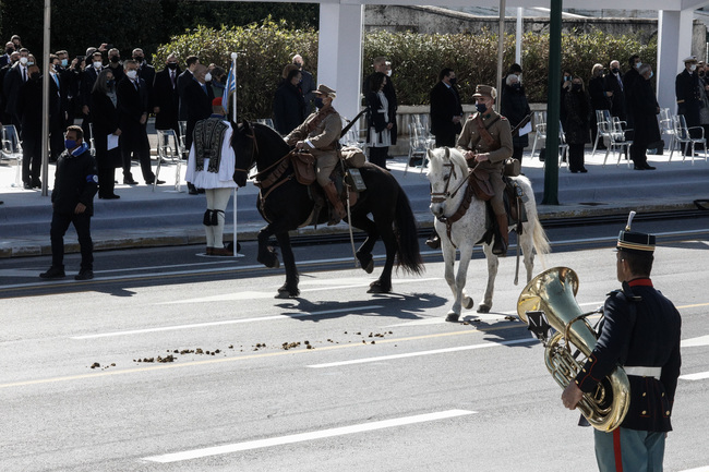 Viral το άλογο που αφόδευσε μπροστά στους επίσημους στη σημερινή παρέλαση της 25ης Μαρτίου στην Αθήνα (Photos)