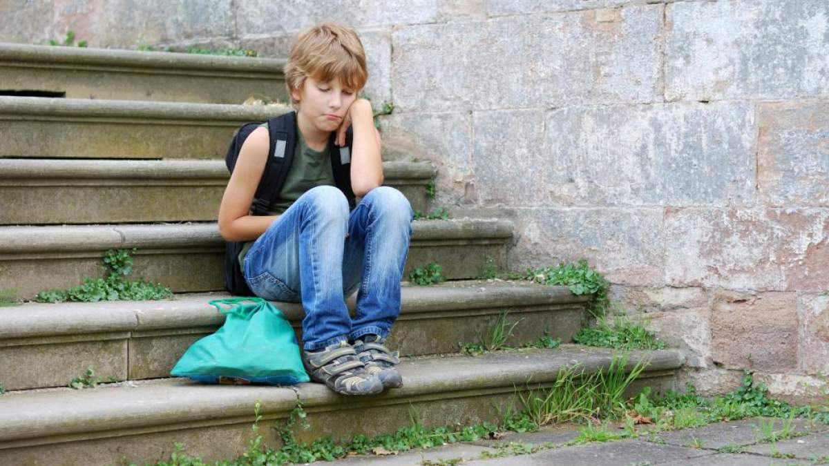 https://im2.7job.gr/sites/default/files/imagecache/1200x675/article/2018/12/256262-boy-sitting-on-steps-all-alone.jpg