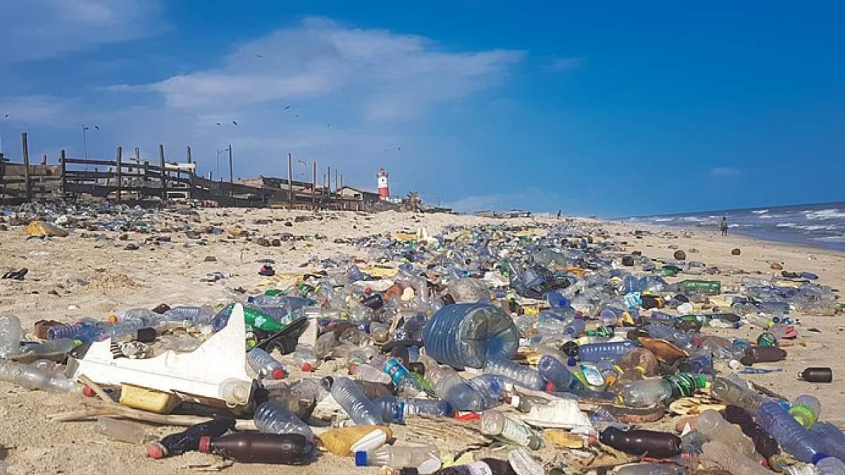https://im2.7job.gr/sites/default/files/imagecache/1200x675/article/2019/33/298416-800px-plastic_pollution_in_ghana.jpg