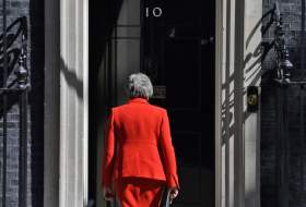 Η Μέι φεύγει, ο γρίφος του Brexit παραμένει