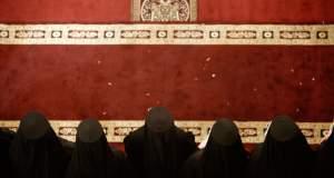 «Ιερή» πολιτική ή η πολιτική του «Ιερού»; της Ελένης Καρασαββίδου