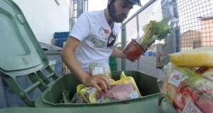 Τρώει από τους κάδους διαμαρτυρόμενος για τη σπατάλη τροφίμων
