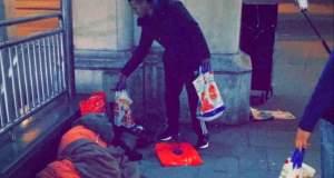 Ένας «Άγιος Βασίλης» μοίρασε δώρα πρώτης ανάγκης στους άστεγους του Λονδίνου