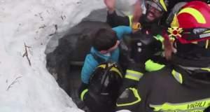 BINTEO: Οκτώ άνθρωποι ανασύρονται ζωντανοί από το θαμμένο στο χιόνι ξενοδοχείο