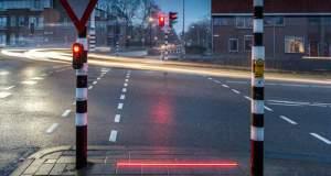 Τα πρώτα φωτεινά πεζοδρόμια για τους κολλημένους με τα κινητά. Τα κεφάλια κάτω…