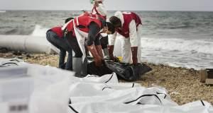 Δεκάδες σοροί προσφύγων ξεβράστηκαν στις ακτές της Λιβύης