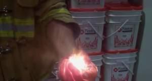 Πυροσβέστης ανάβει φωτιά στην παλάμη του! [ΒΙΝΤΕΟ]