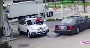 Πήδηξε στο καπό του αυτοκινήτου της για να εμποδίσει τον κλέφτη! [ΒΙΝΤΕΟ]