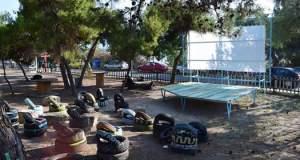 Μαθητές της Αίγινας έφτιαξαν θερινό σινεμά από... σκουπίδια