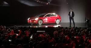 Ο Ελον Μασκ παρουσίασε το πρώτο ηλεκτροκίνητο αυτοκίνητο μαζικής παραγωγής [BINTEO]