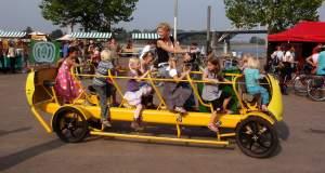 Ολλανδία: Λεωφορεία που κινούνται με πεντάλ πάνε τα παιδιά στο σχολείο