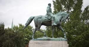 Απομακρύνθηκαν τα αγάλματα που προκάλεσαν τα επεισόδια στην Βιρτζίνια