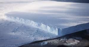 Παγόβουνο - γίγας ξεκίνησε... «βόλτα» στον Ατλαντικό [Βίντεο]