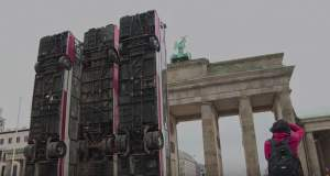 «Τείχος» από λεωφορεία στην Πύλη του Βρανδεμβούργου [ΒΙΝΤΕΟ]