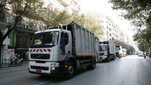 Απορριμματοφόρα με προσωπικό ασφαλείας στους δρόμους της Θεσσαλονίκης