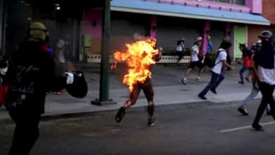Αντικυβερνητικοί διαδηλωτές έκαψαν τον 21χρονο στην Βενεζουέλα [Βίντεο]