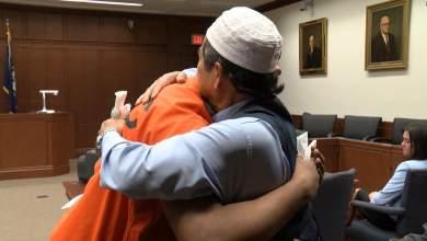 Πατέρας συγχωρεί και αγκαλιάζει το δολοφόνο του γιού του [Βίντεο]