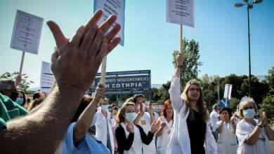 Έκλεισαν συμβολικά τη Μεσογείων γιατροί και νοσηλευτές του «Σωτηρία», χειροκροτήματα από τους οδηγούς