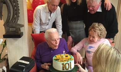Με μια βότκα γιόρτασε τα 101α γενέθλιά του ο «Σπάρτακος» Κερκ Ντάγκλας