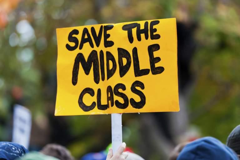 Θα προλάβει η κυβέρνηση να πείσει ότι νοιάζεται για την «μεσαία τάξη»;