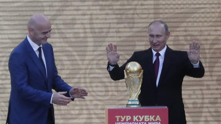 Αποτέλεσμα εικόνας για Ο Πούτιν παίζει μπάλα για να αλλάξει την εικόνα της Ρωσίας